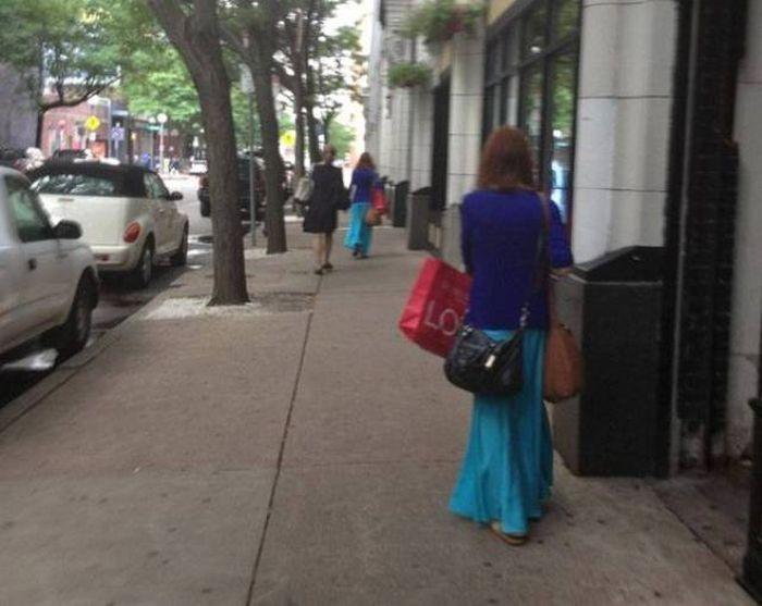 одинаковые женщины на улице