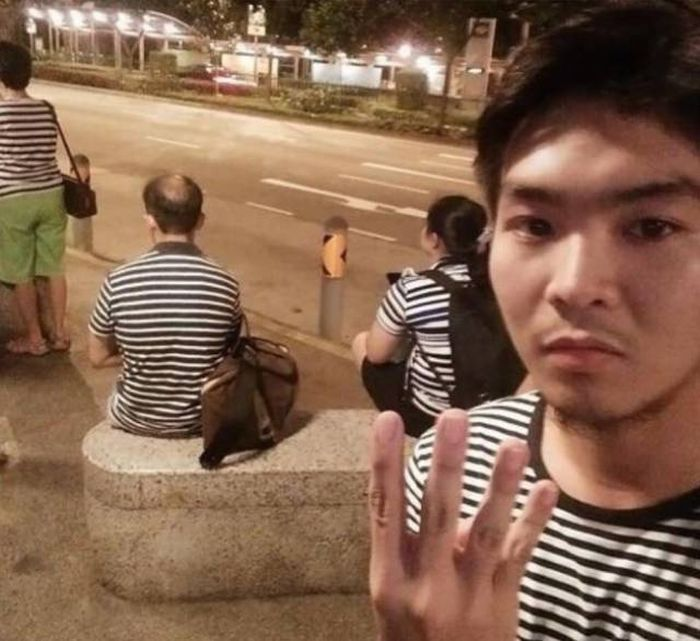 люди в полосатых футболках