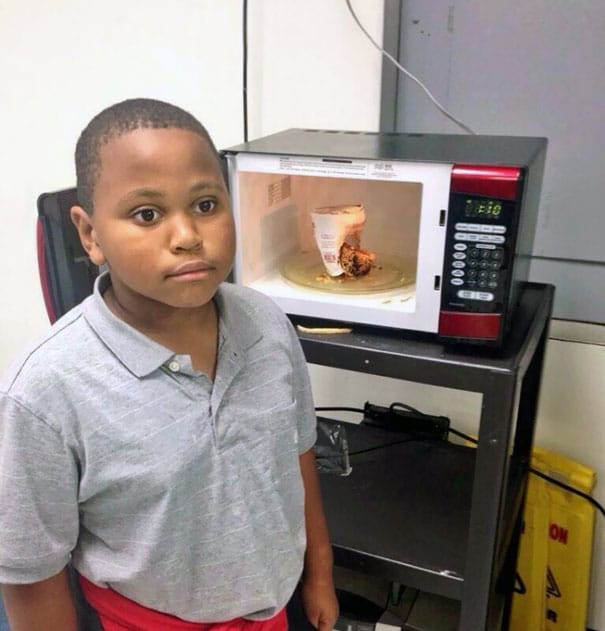 мальчик пытался приготовить завтрак