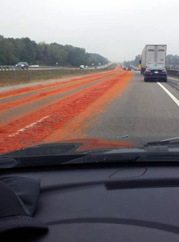помидоры из фуры на дороге