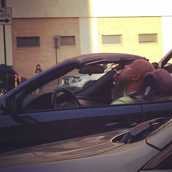 мужчина пускает пузыри из машины