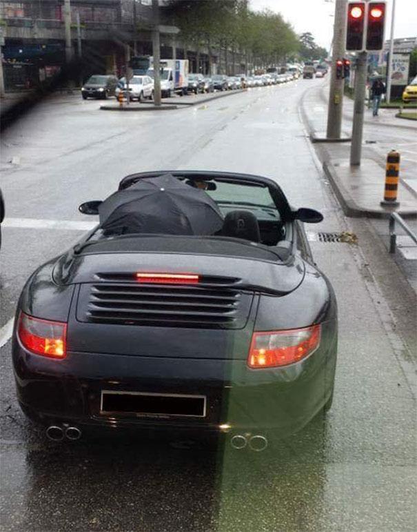 водитель с зонтом в машине