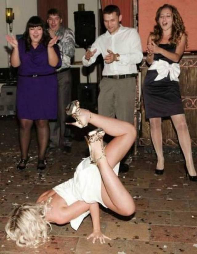 девушка танцует брейк данс