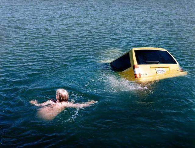 женщина плывет к машине