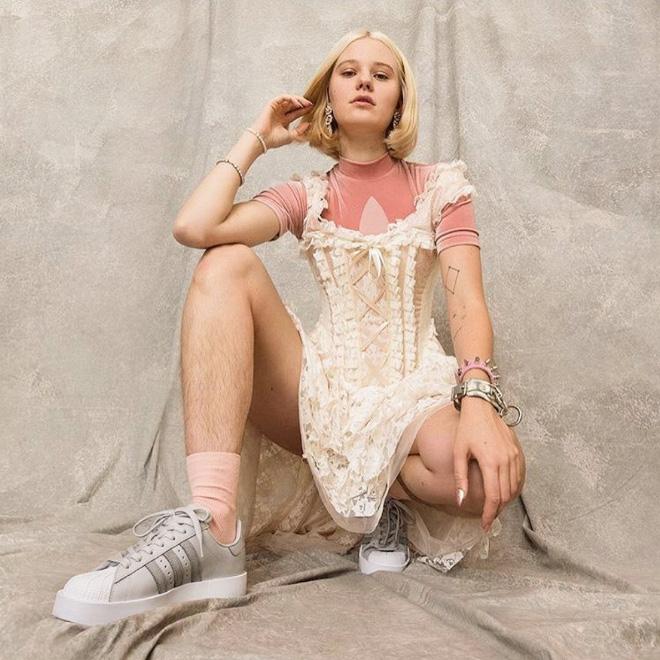 блондинка в платье и кедах