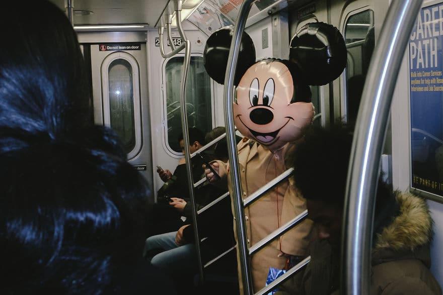 шарик с микки маусом в метро