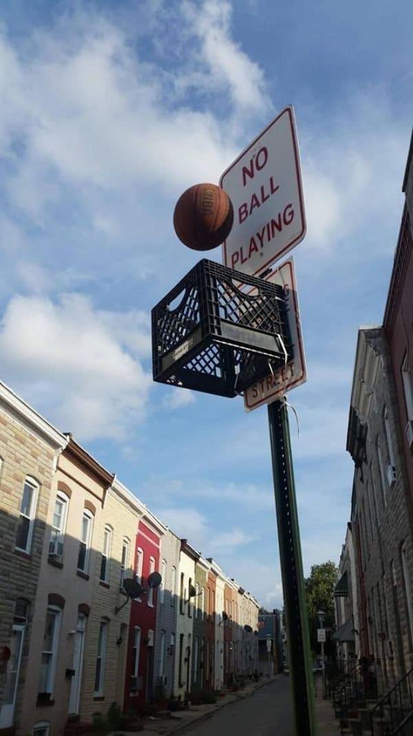 баскетбольный мяч и столб