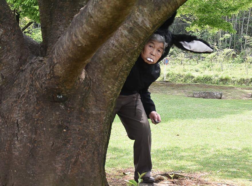 женщина в костюме зайца возле дерева