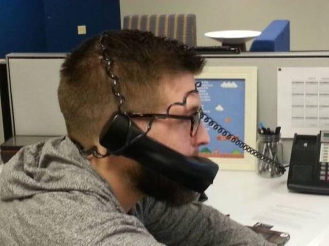 мужчина в проводах от телефона
