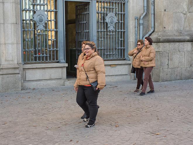 женщины в бежевых куртках