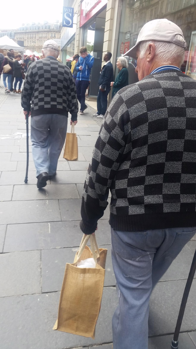 дедушки в одинаковой одежде