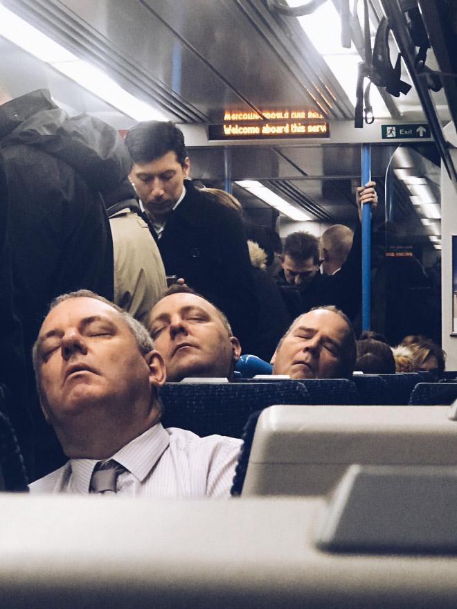 мужчины спят в общественном транспорте