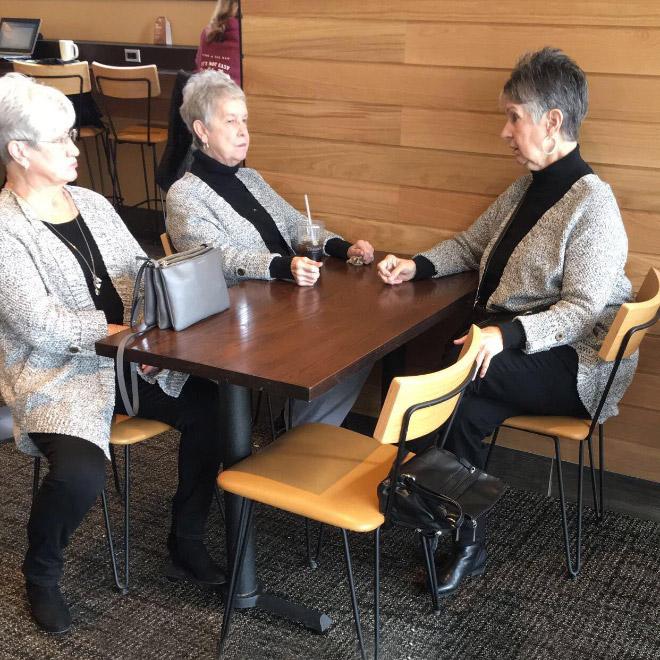 три женщины в одинаковых нарядах