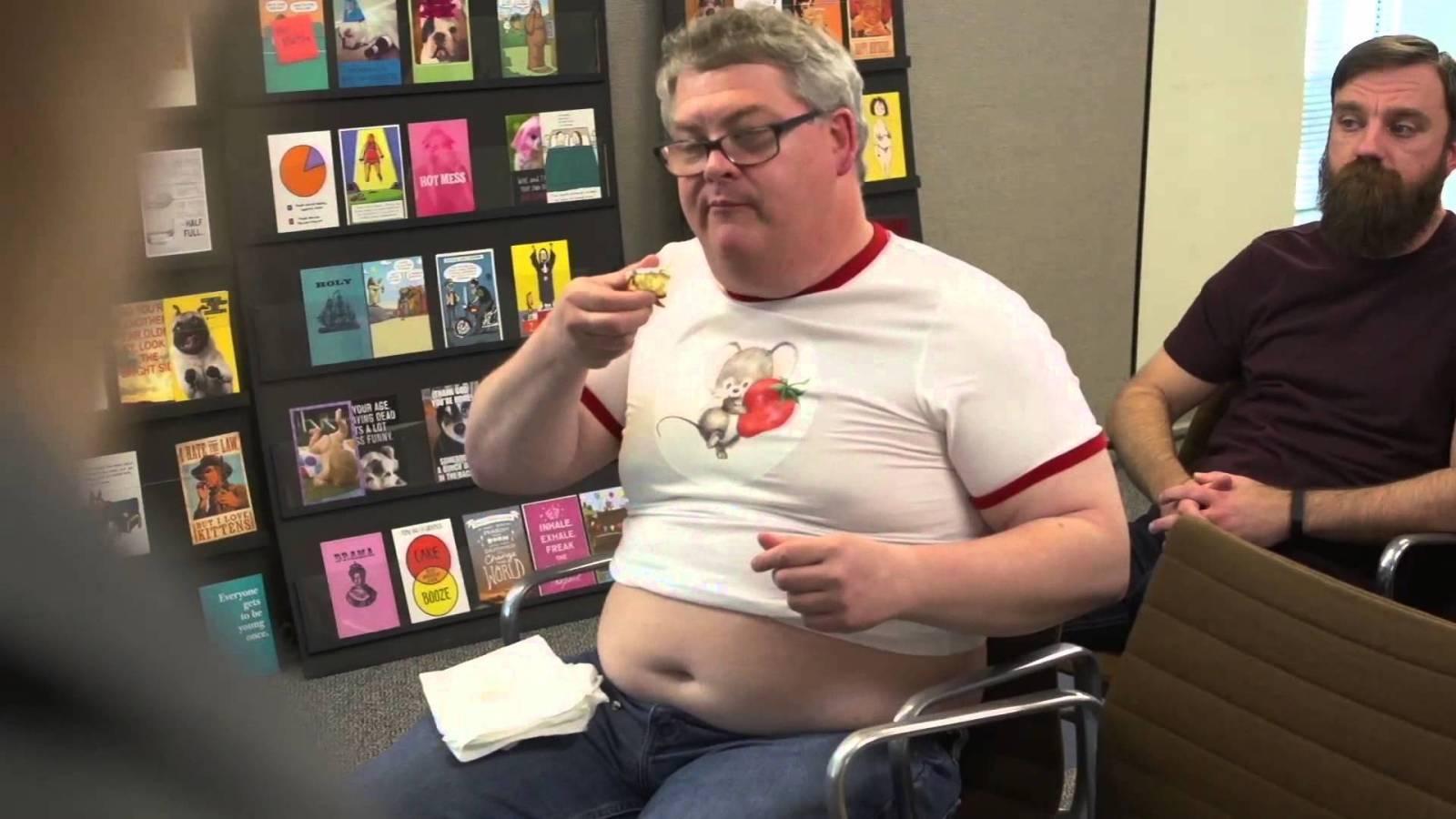 седой мужчина в очках сидит на стуле