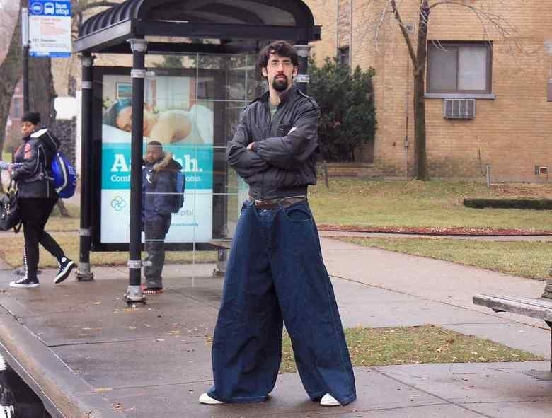 мужчина в широких брюках