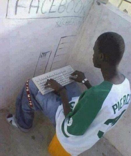чернокожий парень с клавиатурой