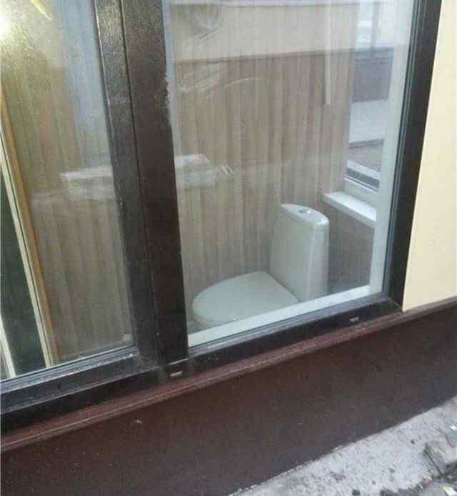туалет за стеклом
