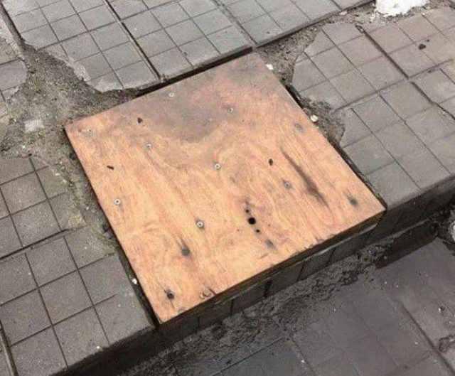 деревянная доска на асфальте