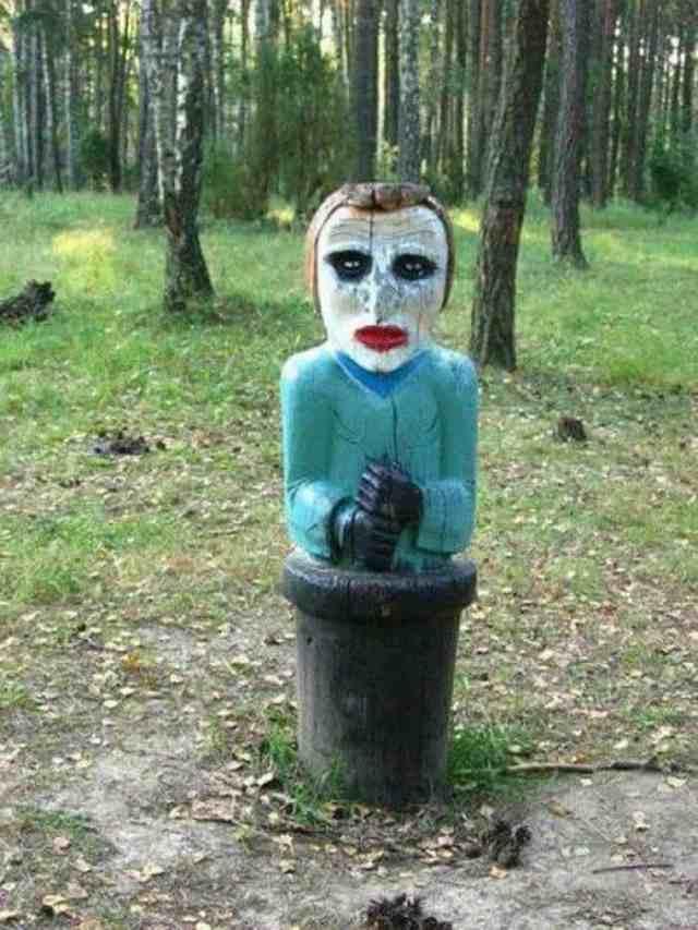 странная скульптура из дерева в лесу