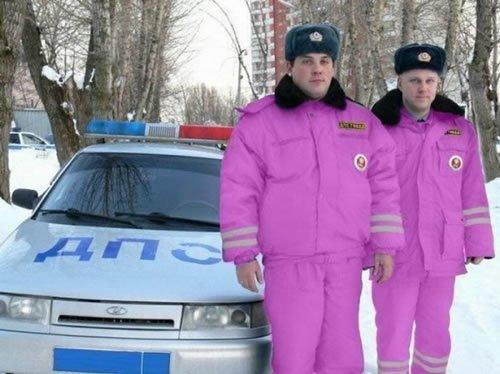 полицейские в розовой форме