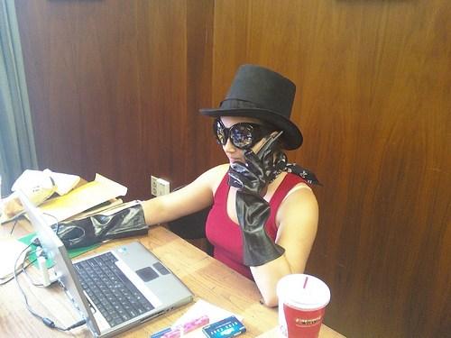 девушка в шляпе, перчатках и очках отвечает на звонок