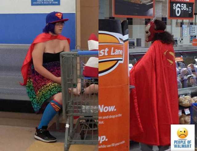 покупатели в костюмах супергероев