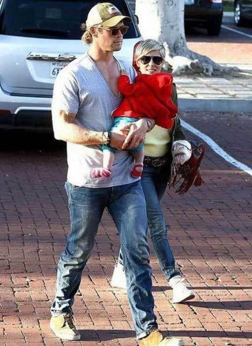 мужчина с ребенком на руках