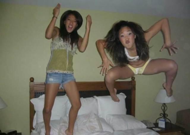 девушки прыгают на кровати