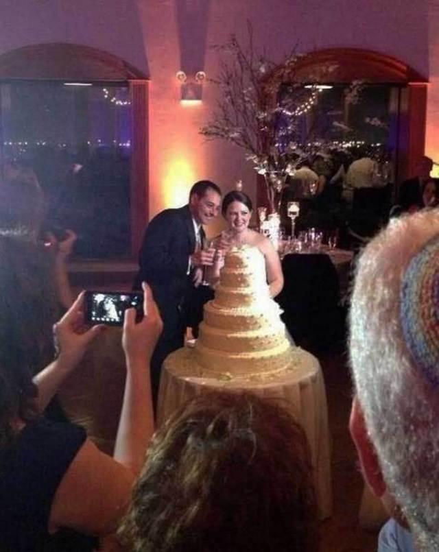 жених и невеста, которая спряталась за торт