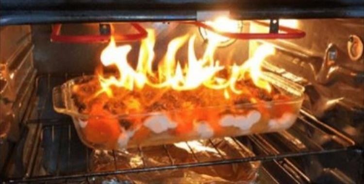 еда загорелась в духовке