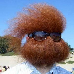 бородатый мужчина в очках