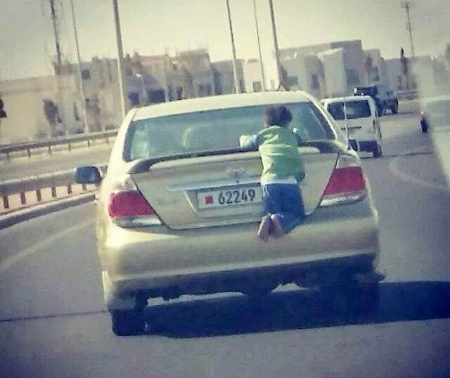 ребенок на багажнике машины