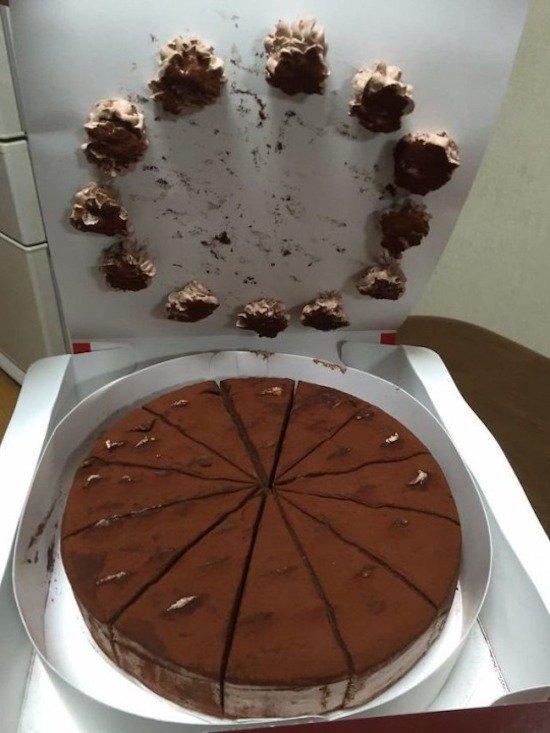крем от торта остался на верхней части коробки