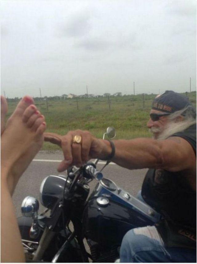 байкер на мотоцикле