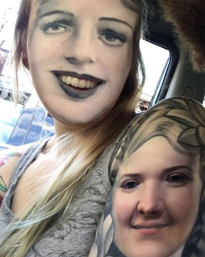 блондинка с тату на лице