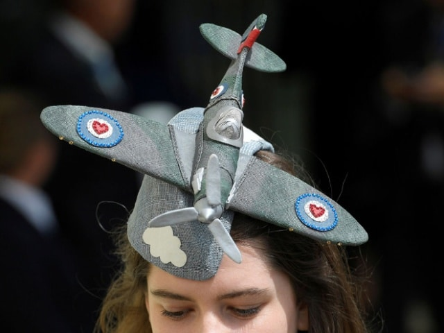 шляпа в форме самолета