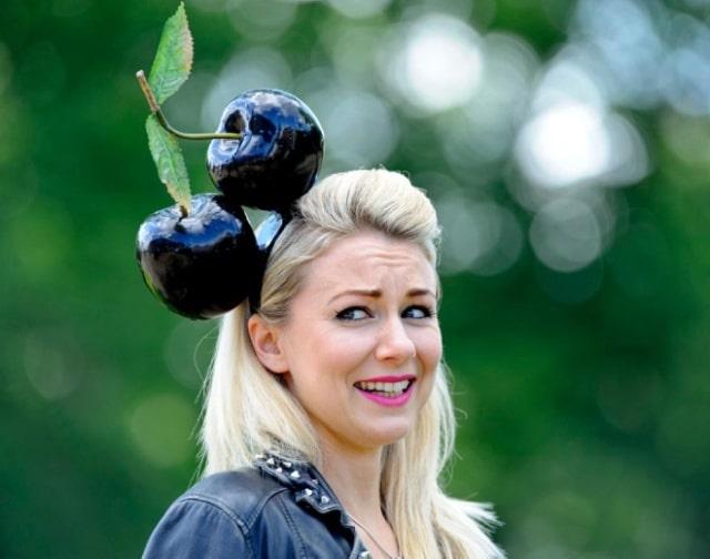 блондинка в шляпе с вишнями