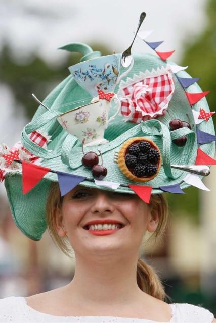 девушка в шляпе с чашками