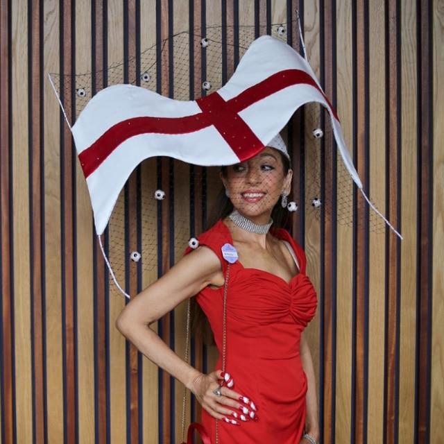 девушка в красном платье и шляпе в форме флага