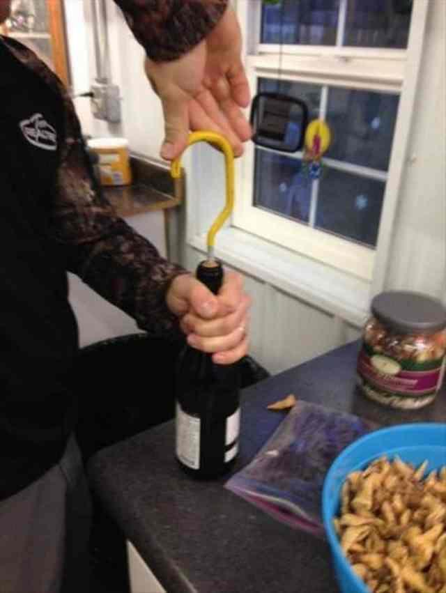 железякой открывают бутылку вина