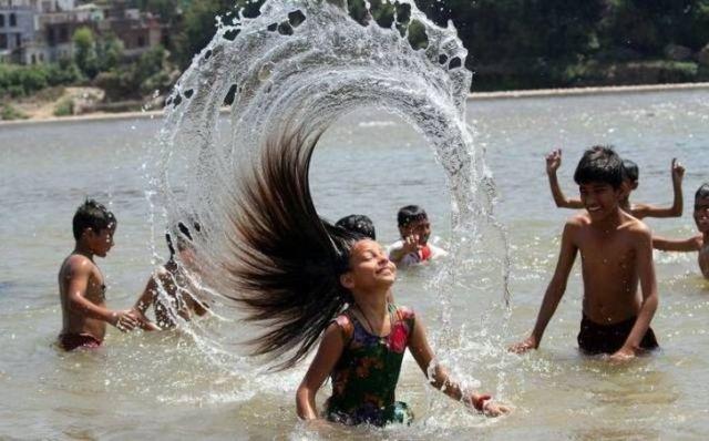 девушка выныривает из воды