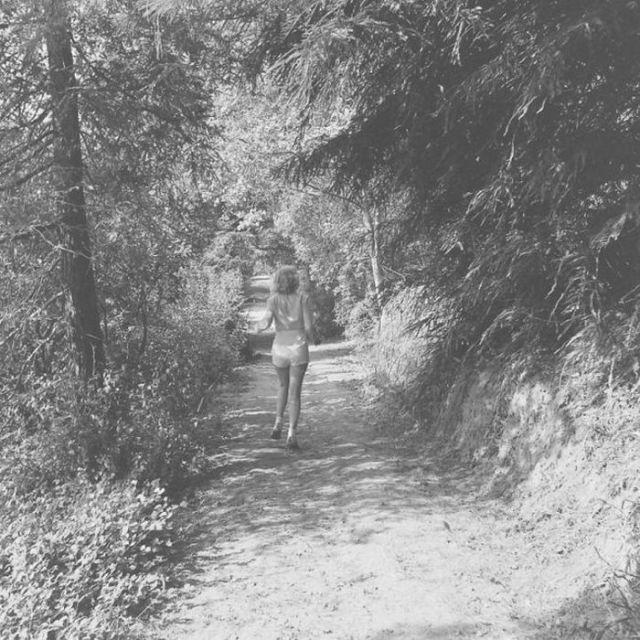 Мэрилин Монро бежит по дороге