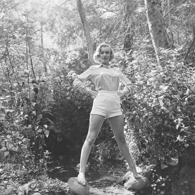 Мэрилин Монро стоит на камнях