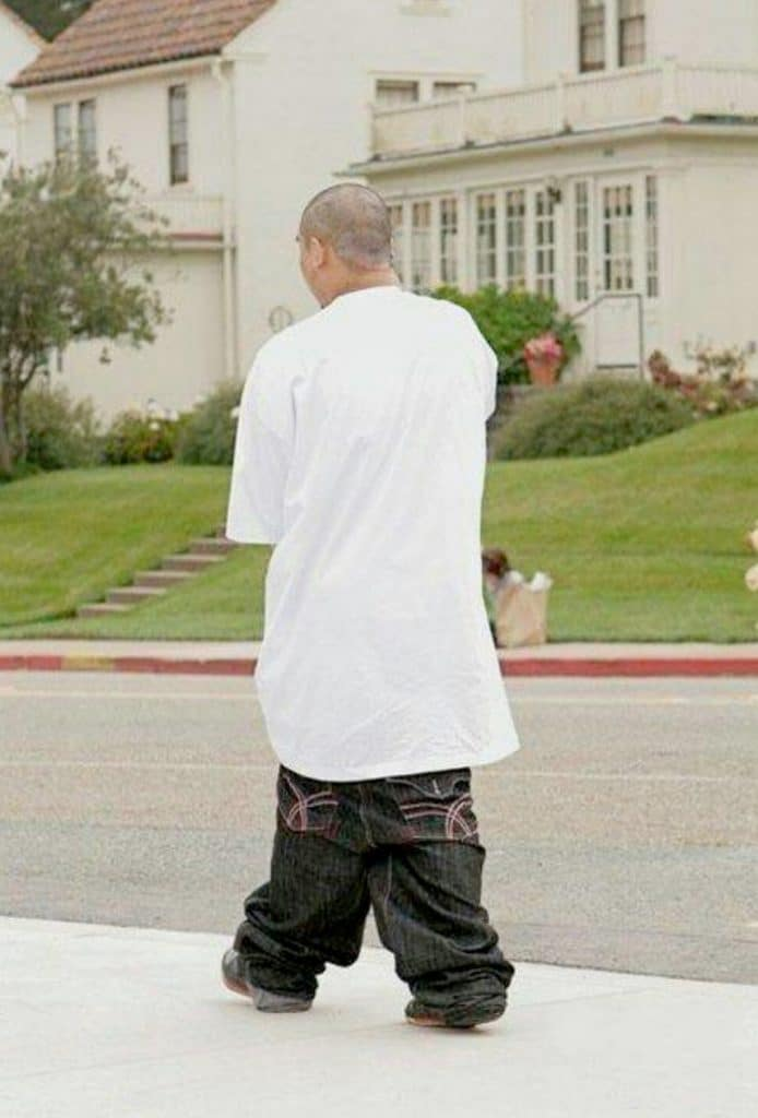 парень со спущенными штанами