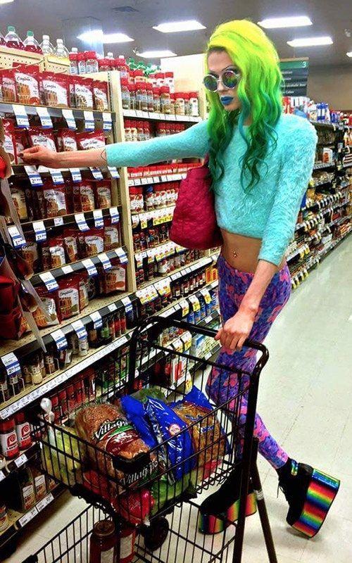 девушка с зелеными волосами в супермаркете