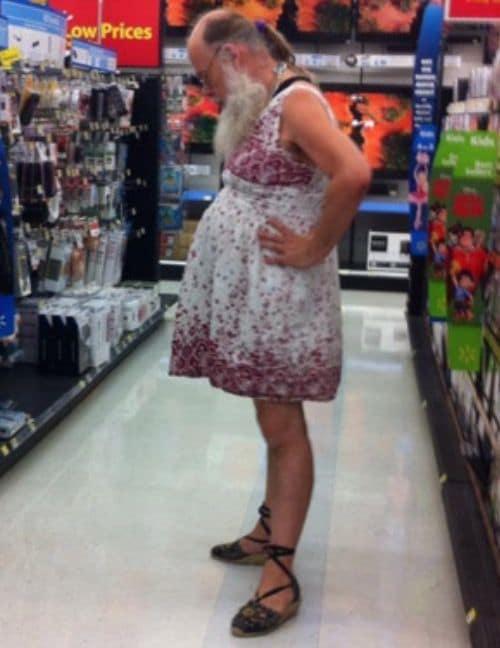 бородатый мужчина в платье