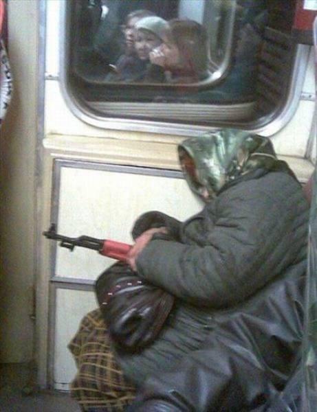 бабушка с оружием в метро