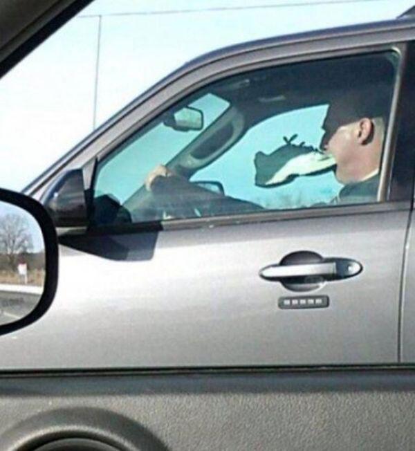 водитель с кроссовком во рту