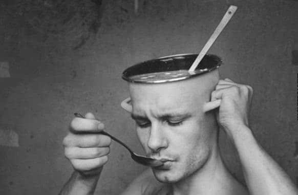 мужчина с кастрюлей вместо головы