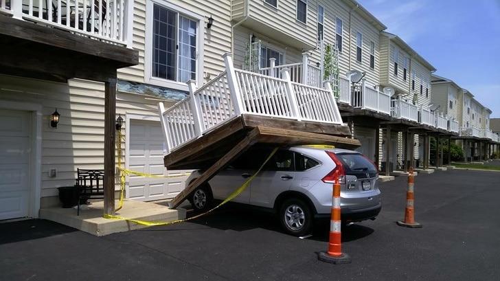 балкон упал на машину